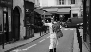 Un cameriere con il dovuto rifornimento di baguette - © Clementine