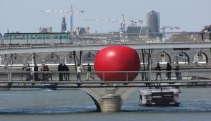 La Redball sulla Passerelle Simone de Beauvoir