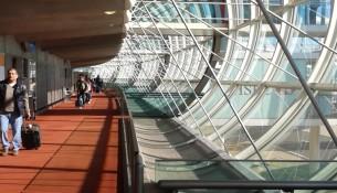 La galleria di accesso dell'aeroporto di Charles de Gaulle, Parigi © Francesca Semisa