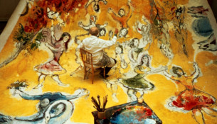 Marc Chagall mentre dipinge all'Opéra di Parigi, fotografato da Izis