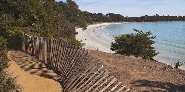Sentiero litoraneo. La spiaggia di l'Estagnol dopo la baia di Léoube vicino a Cabasson prima della baia di Brégançon