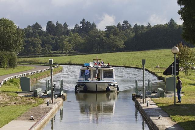Francia, Canal du Centre, chiusa automatica n. 19 dopo Palinges con alle spalle il castello di Palinges (sulla D 128 verso Digoin).