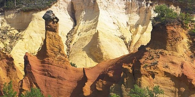 Il Colorado Provenzale. Percorso tra boschi e terre gial, bianche e rosse.